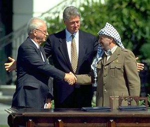 Imagen 2: Rabin, Arafat y Clinton en la  firma de la Declaración de acuerdos por la autonomía palestina de 1993