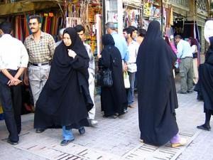 Mujer iraní con el chador impuesto tras la Revolución de 1979