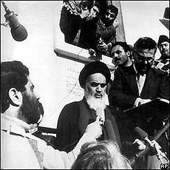 El Ayatolá Jomeini vuelve de su exilio en París en febrero de 1979. BBC Mundo.