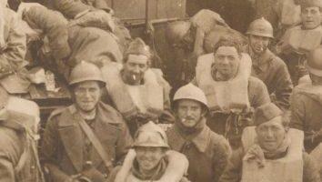 Soldados británicos en las playas de Dunkerque bajo el fuego enemigo
